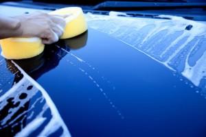 Auto wird von Außen gewaschen.