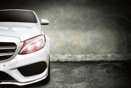Stilvolles Foto eines Mercedes.