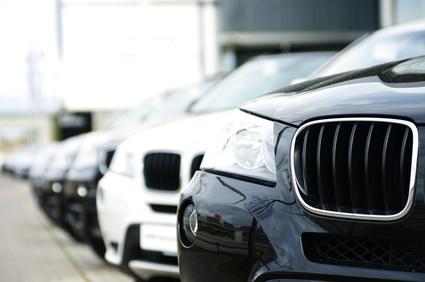 Gebrauchtwagen stehen auf einem Autohof.