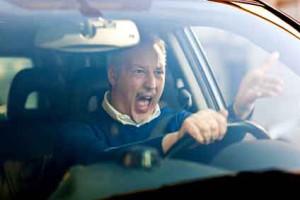 Gebrauchtwagenpreise können emotional sein - ein Mann regt sich hinter dem Steuer auf.