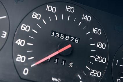 Tachometer mit einem Kilometerstand von 335.876 Kilometern.