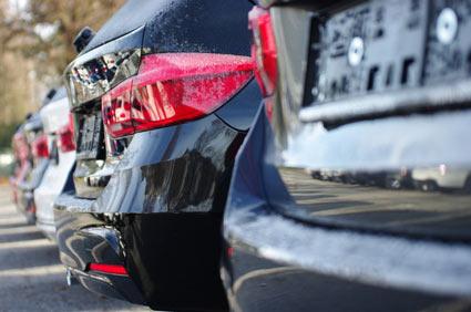 Mehrere Gebrauchtwagen stehen in einer Reihe.