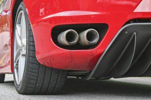 Ein roter Sportwagen mit Breitreifen.