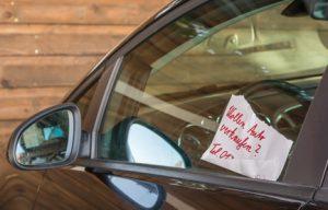 Ein Kärtchenhändler hat einen Zettel am Auto hinterlassen.