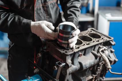 Ein Austauschmotor wird repariert.