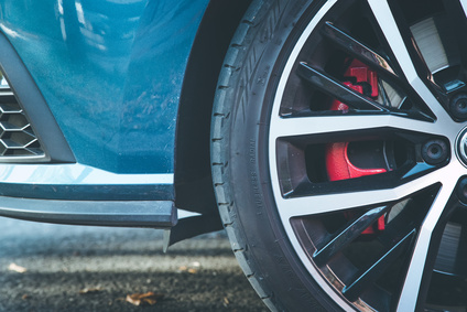 Eine Alufelge mit  roten Bremsen.