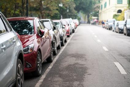 Parkende Autos am Straßenrand.